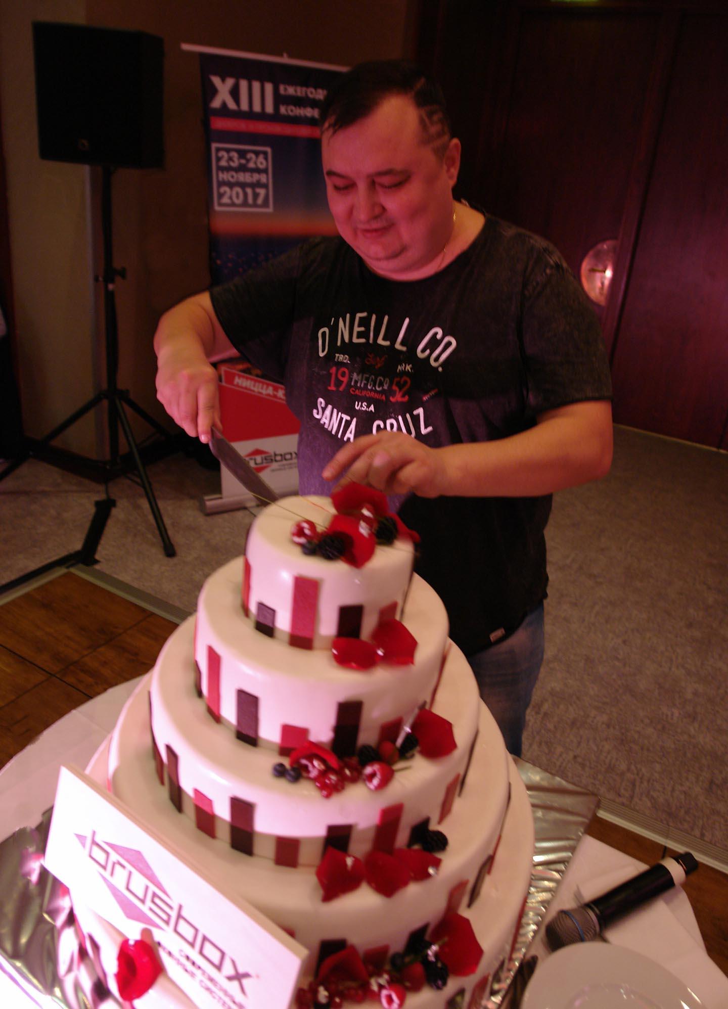 Разрезание праздничного торта